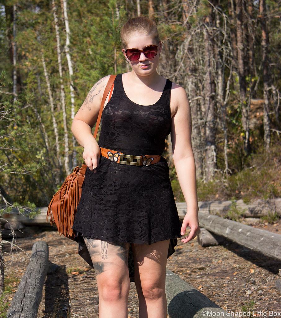 tyylibloggaaja, päivän asu, musta mekko, pitsimekko, kotimainen nahkalaukku, laukku hapsuilla