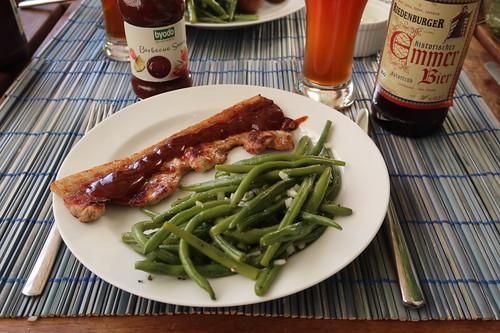 Bauchfleisch mit Barbecue Sauce und Bohnensalat