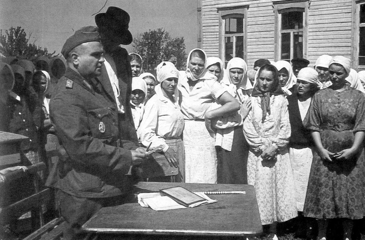 1942. Регистрация местного населения в украинской деревне представителями вермахта. Лето