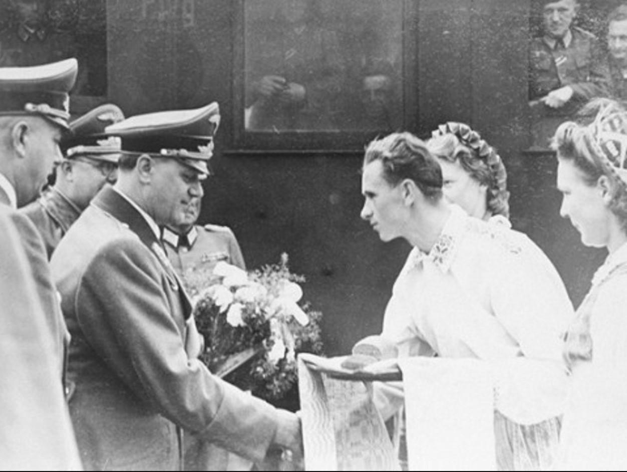 Начальник Внешнеполитического управления НСДАП А́льфред Ро́зенберг (нем. Alfred Rosenberg) во время поездки по Украине встречается с делегацией мирных граждан.