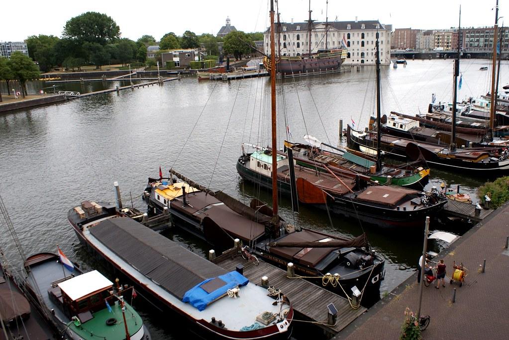 Péniches de collection devant le musée de la marine à Amsterdam.