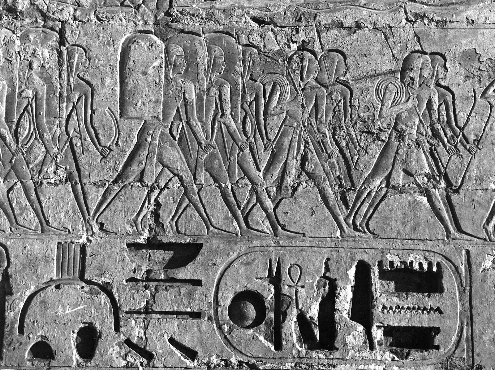 Мединет Абу.  Поминальный храм Рамзеса III. Рельеф Рамзес III на охоте