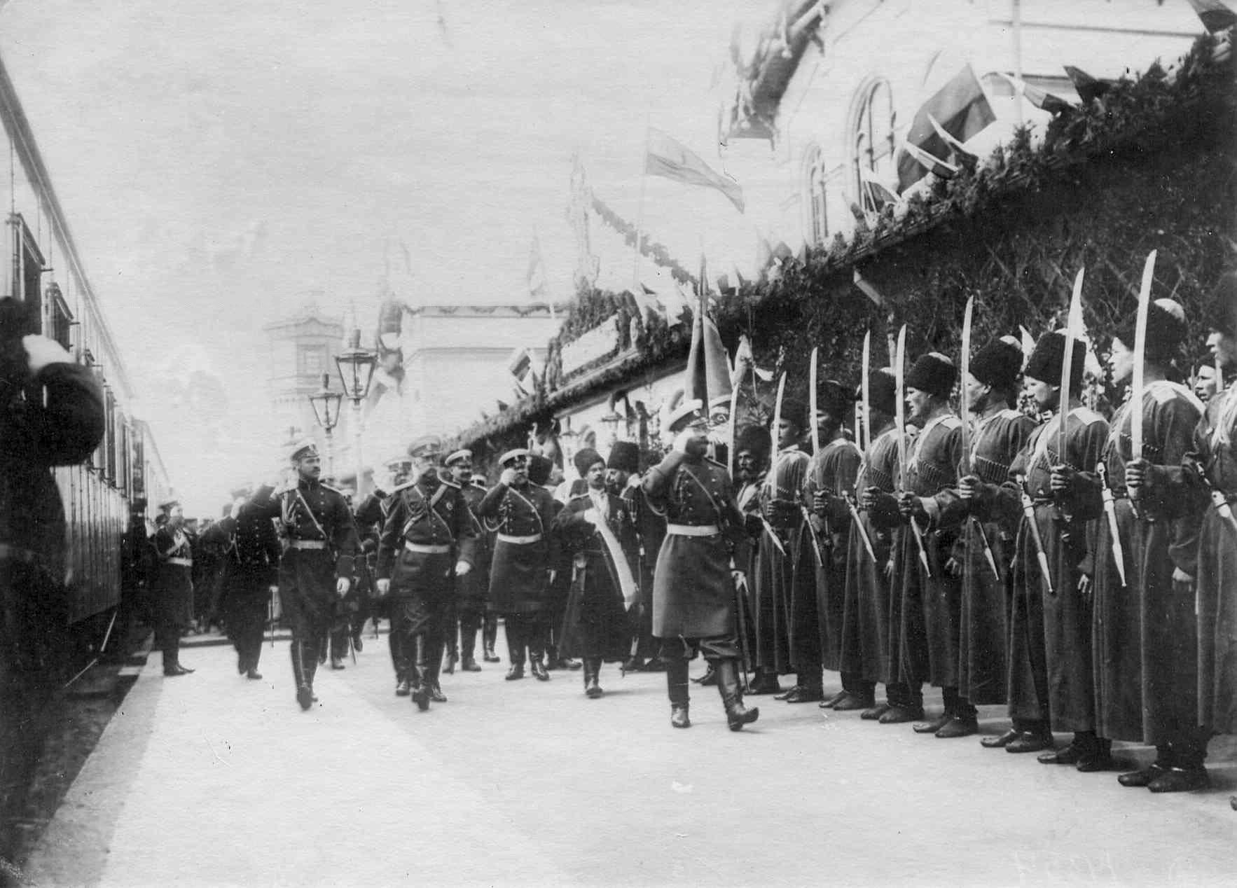 Император Николай II обходит почетный караул 1-го Волжского казачьего полка Терского войска перед отправкой его