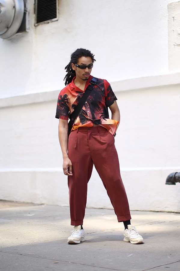 赤ハワイアンシャツ×グレイッシュピンクテーパードパンツ×白スニーカー