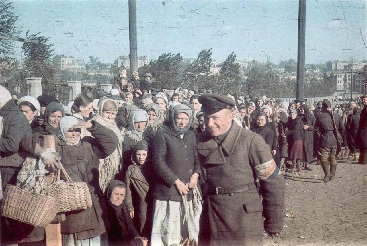 1941. Украинские полицаи поддерживают порядок в толпе женщин. Фото сделано через 10 дней после падения Киева