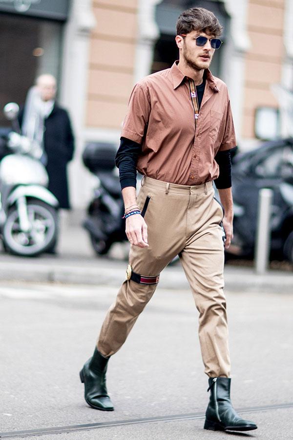ライトブラウン半袖シャツ×黒カットソー×チノパン×黒ブーツ