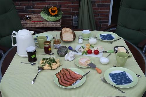 Frühstück auf der Terrasse (am vierten Morgen unseres diesjährigen Sommerurlaubs in Minden)