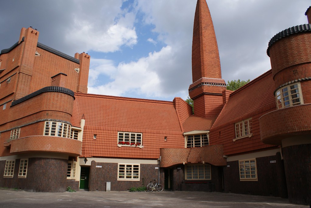 Place monumentale à une extrémité du Het Schip à Amsterdam.