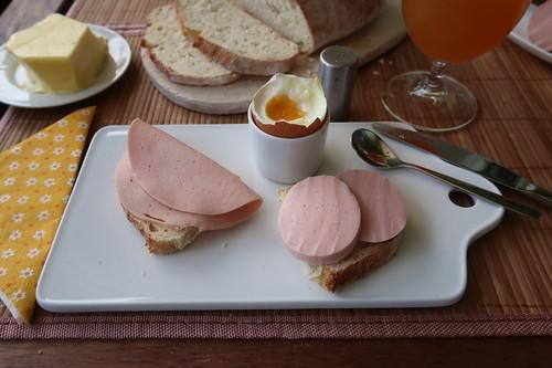Zweierlei Fleischwurst auf Weißbrot zum Frühstücksei