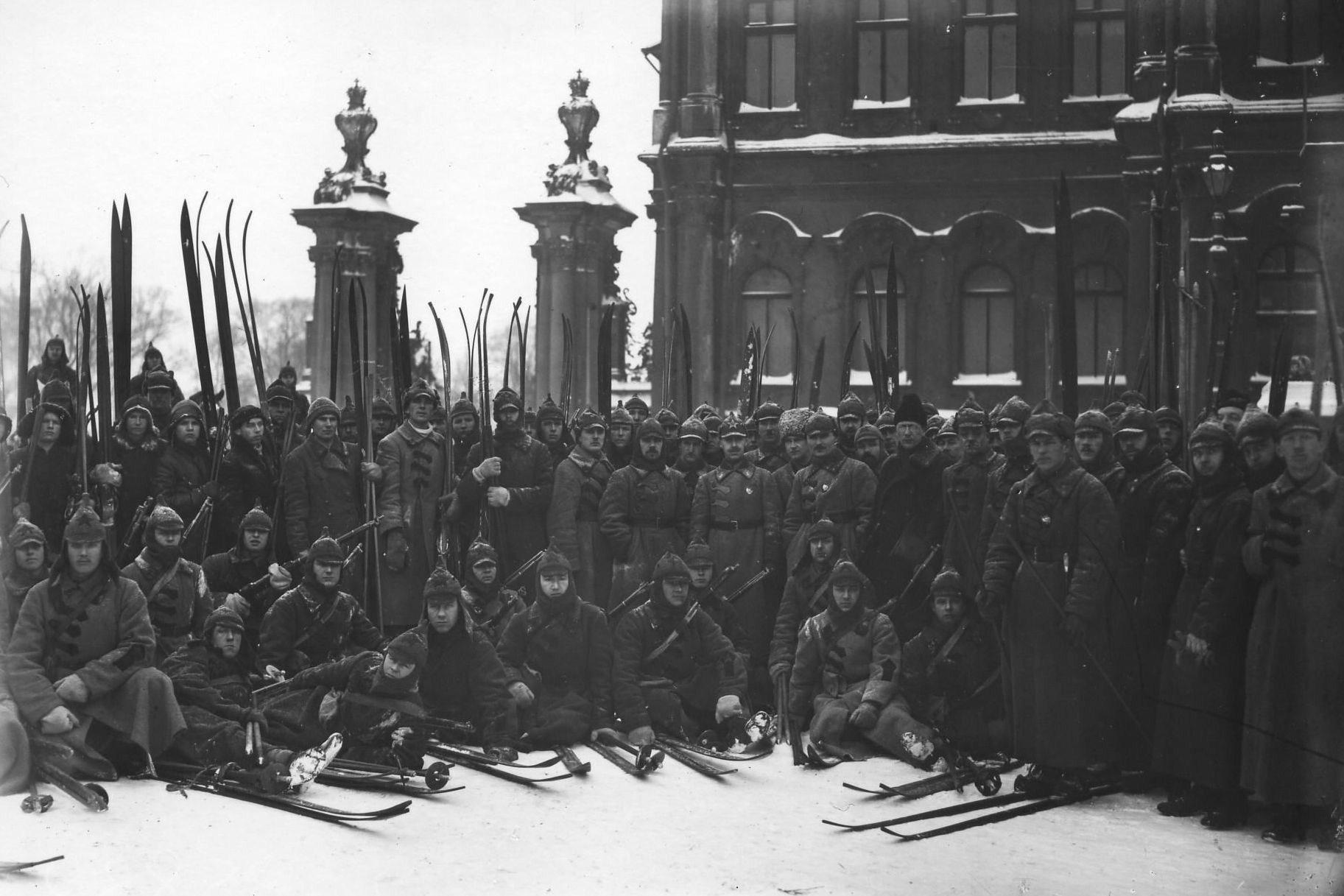 1921. Красноармейцы у Зимнего дворца
