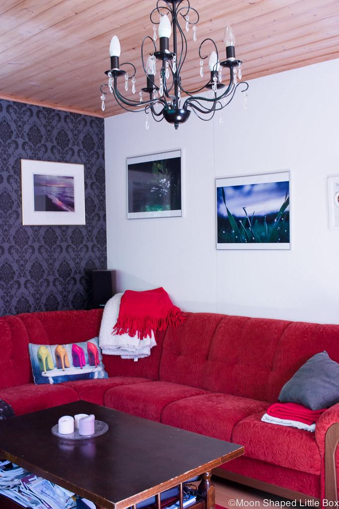 värikäs olohuone, värikäs sisustus, sisustaminen, punainen sohva, kotimainen sohva, sohva kissatalouteen