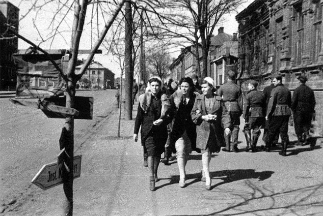 1942. Трое девушек на Комсомольском проспекте в оккупированном Сталино