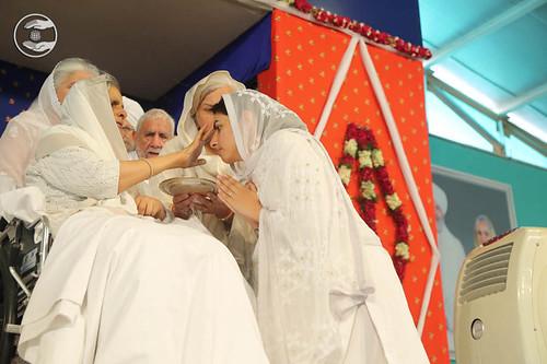 Satguru Mata Savinder Hardev Ji applied traditional sacred mark (Tilak) on the forehead of Rev. Sudiksha Ji