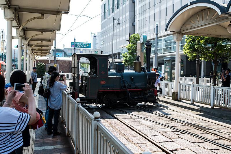 松山市駅で人力での方向転換をする坊っちゃん列車