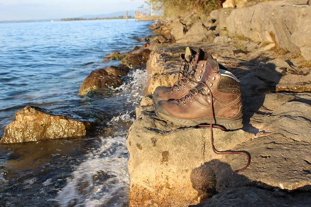 Wanderschuhe am Ufer des Bodensees