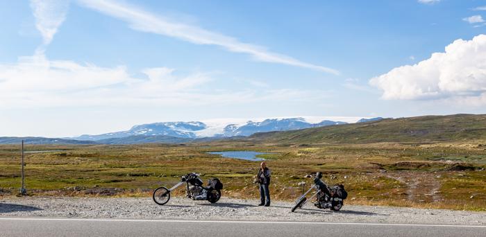 Moottoripyörä Norja maisema Keski-Norja roadtrip harley davidson chopper sportster softail moottoripyörämatkailu ylänkö vuoristo jäätikkö lumihuippuiset vuoret_