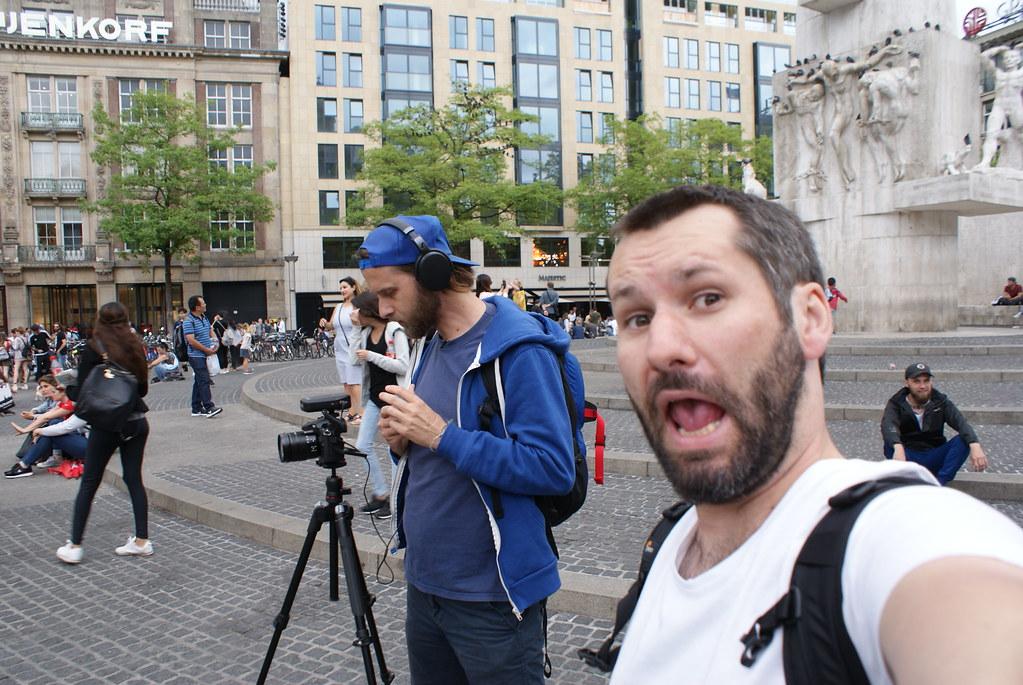 """""""Ici fût fondée la ville d'Amsterdam"""" avec Max et moi même très concentré derrière."""
