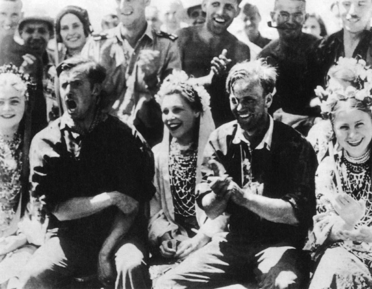 1942. Солдаты дивизии СС «Лейбштандарт Адольф Гитлер» на празднике с украинскими девушками.