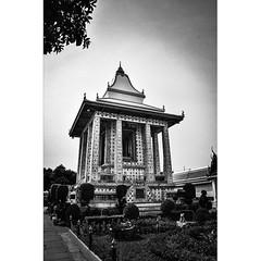 Таиланд. Бангкок. У храма Утренней зари... #путешествия #архитектура #Таиланд #Бангкок #храмутреннейзари #чернобелоефото #Thailand #Bangkok #worldtraveller #arhitecture #travelblogger #instaphoto