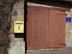 FRESNOY-ANDAINVILLE : Portail en bois (et boîte aux lettres)