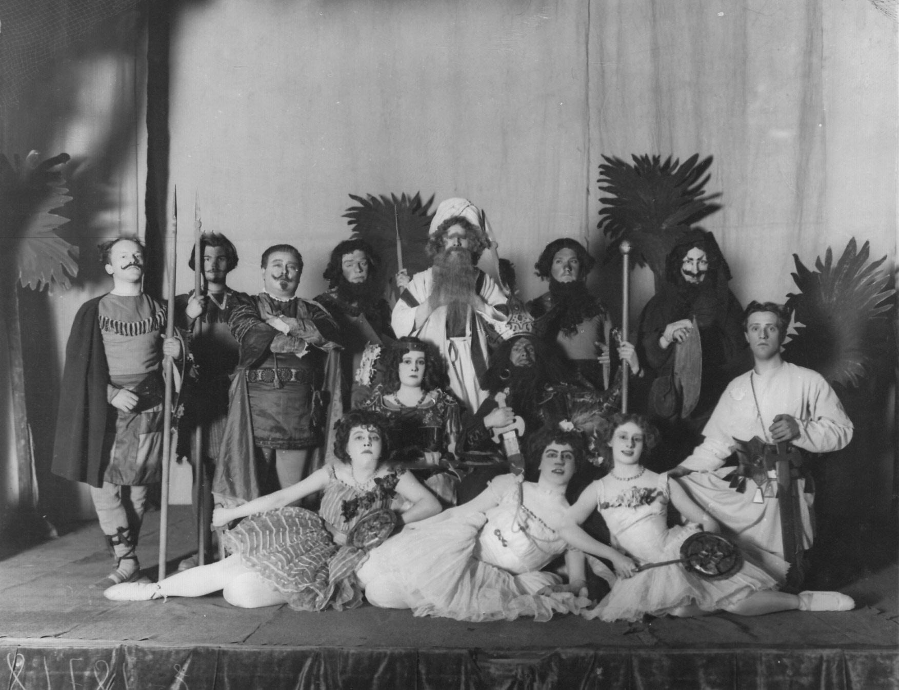 1913. Сцена из спектакля «Вампука»