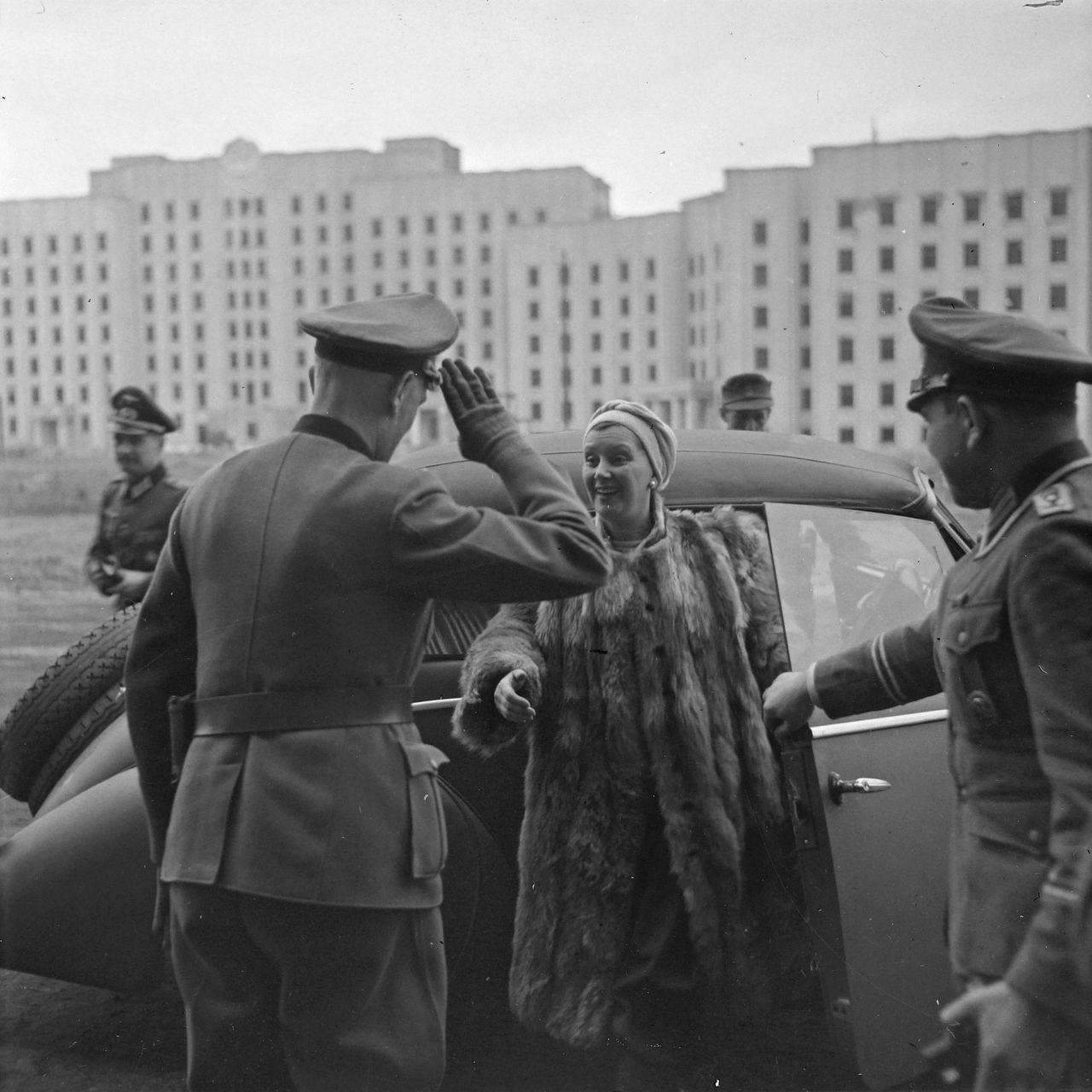 1942. Немецкие офицеры встречают актрису в оккупированном Могилеве