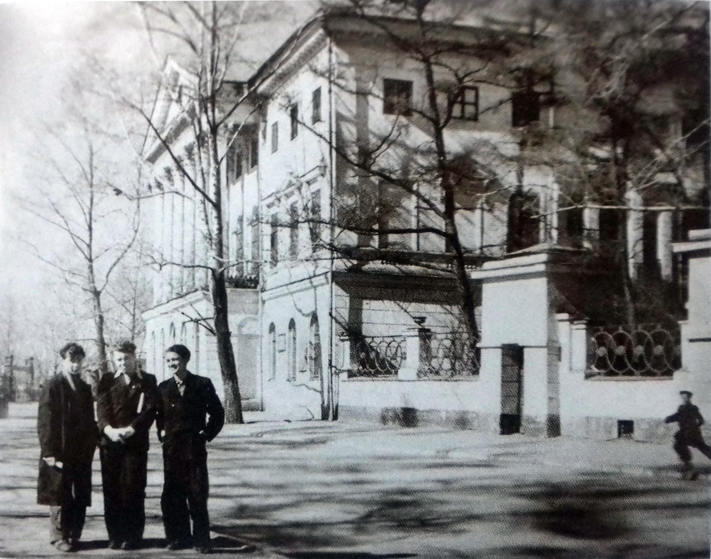 1960. А. Вампилов возле Иркутского государственного университета им. Жданова