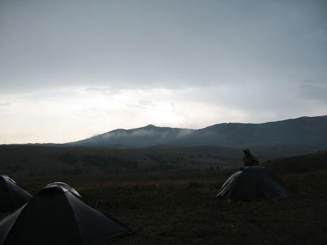 Camper sous la pluie par Ivan Kurmanov, sur Flickr