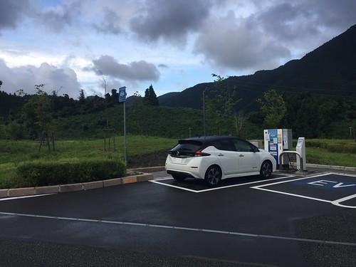 新東名 清水PA(上り)で急速充電中の日産リーフ(40kWh)