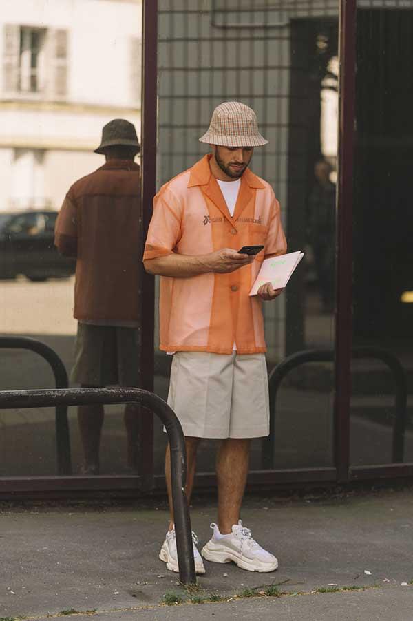 チェックハット×オレンジシースルー半袖開衿シャツ×白Tシャツ×オフホワイトハーフパンツ×Balenciaga Triple s白