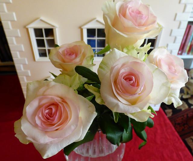 nukketalo ja ruusut