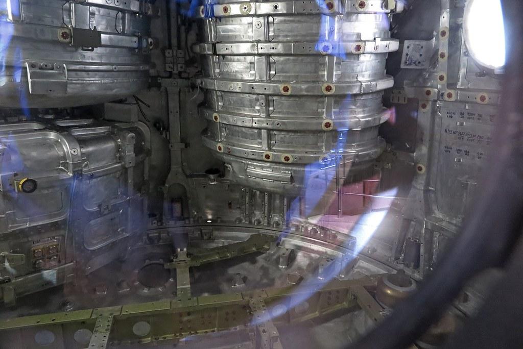 2018_05_08  16.41.44  Спускаемый аппарат возле Музея Космонавтики