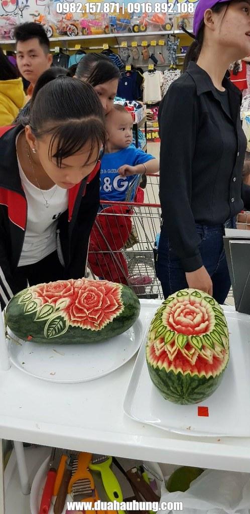 Khách thăm quan thích thú với sản phẩm tỉa hoa trên dưa hấu
