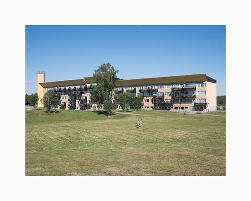 norrbottenslän sweden norrbotten lappland lapland svappavaara g80 panasonic20mmf17 ormenlånge blockofflats apartmentbuilding architecture grass bluesky