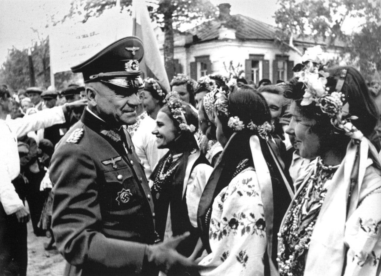 1942. Немецкий генерал-майор с украинскими девушками в национальных костюмах
