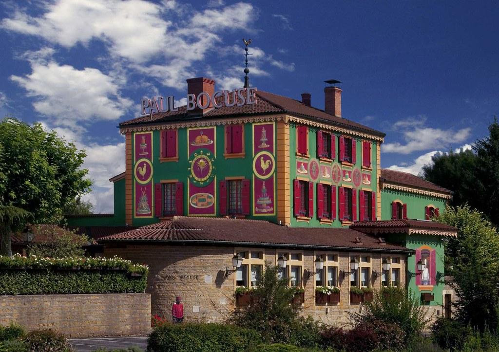 Lyonin äidit Paul Bocuse L'Auberge du Pont de Collonges -ravintola sijaitsee Saône-joen rannalla viidentoista minuutin ajomatkan päässä Lyonin keskustasta.