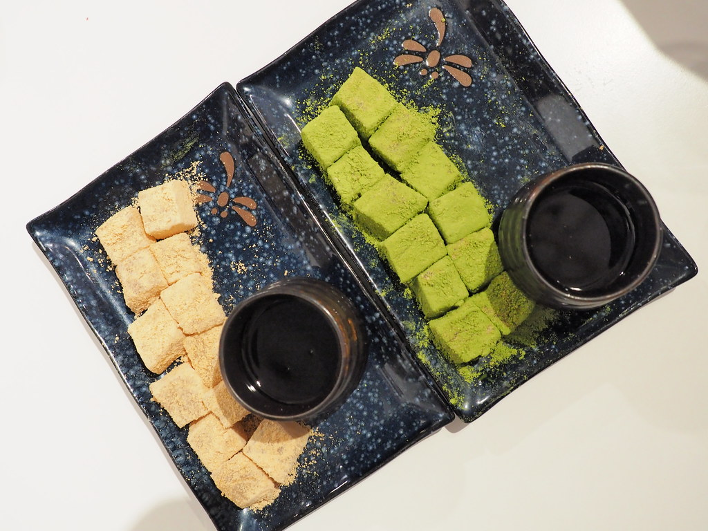 Top view of our Kinako Warabimochi and Matcha Warabimochi