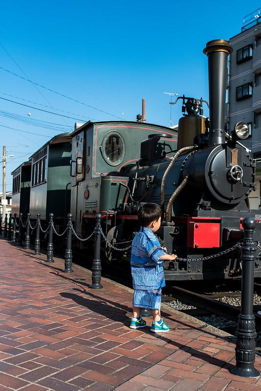 坊っちゃん列車を眺める子ども