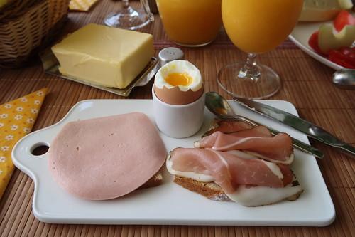 Fleischwurst (der Marke Bio Janssen) und Schinkenspeck (der Marke Bio Janssen) auf Landbrot zum Frühstücksei