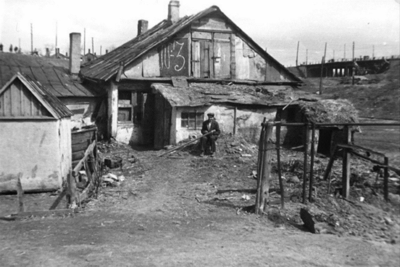 1942. Мужчина у дома в гетто в Белом карьере в оккупированном Сталино