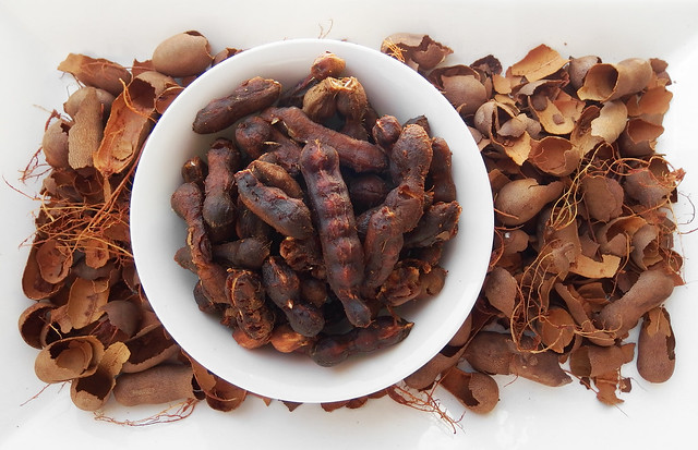 Tamarinde uit de peul halen