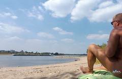 Nackt am Rheinufer/Nude at the rhine