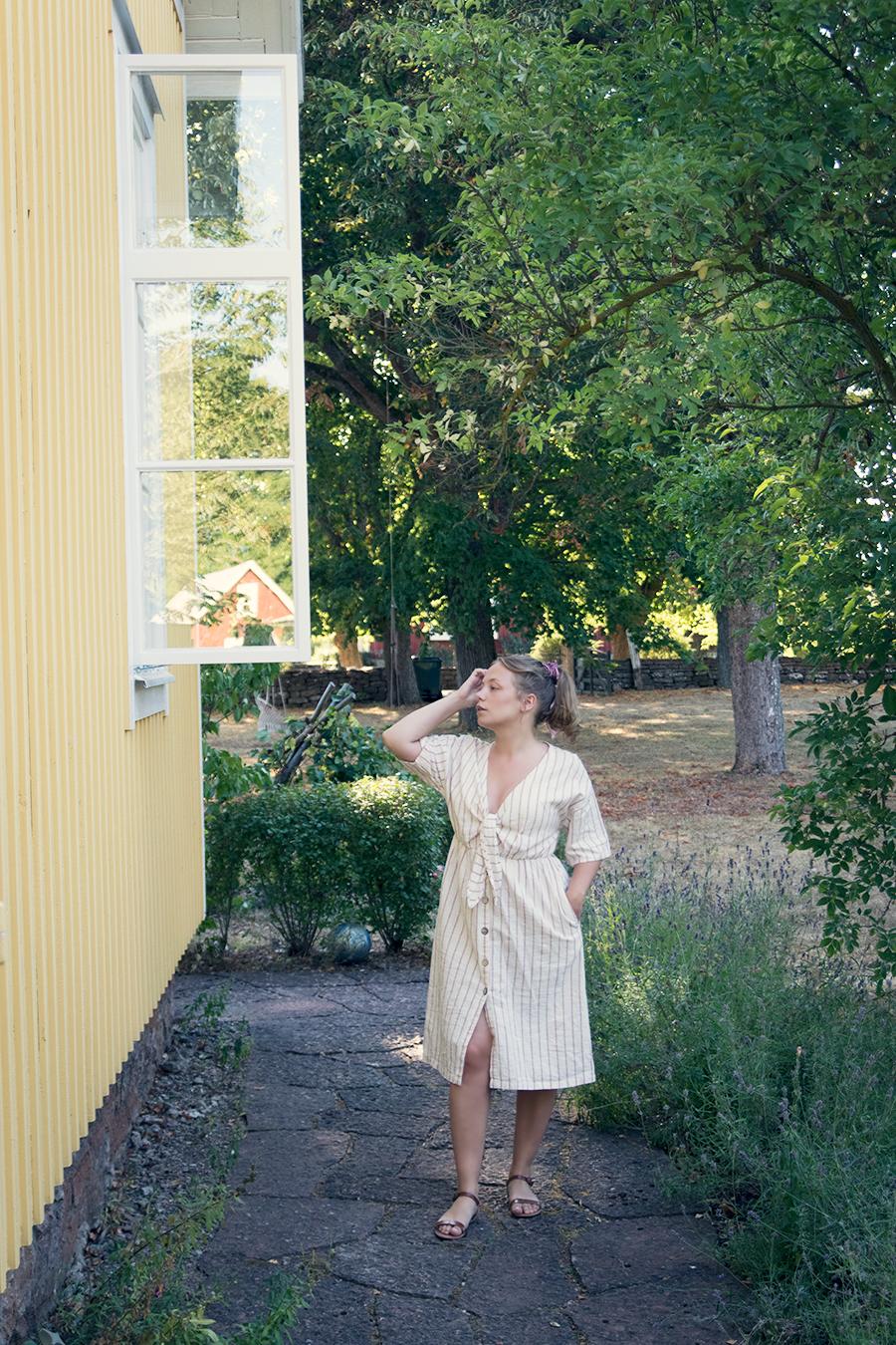 aa0806770bb4 När jag kom hem till Malmö hittade jag nämligen den här klänningen på Zara.  I bomull/lin och i en mjuk cremefärg med dova rosa ränder.