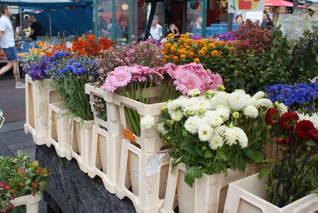 Fleurs sur le marché Cuypmarkt d'Amsterdam.