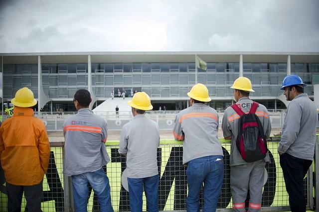 Eletricitários encaram o Palácio do Planalto em dia de protestos contra a privatização - Créditos: Foto: Marcelo Camargo/ Agência Brasil