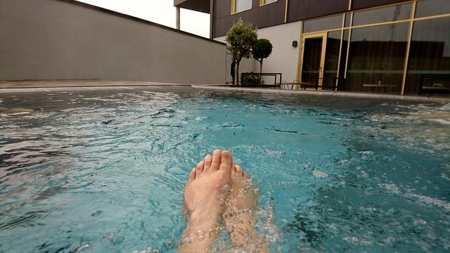 Jag njuter av lugnet i bubblande vatten.