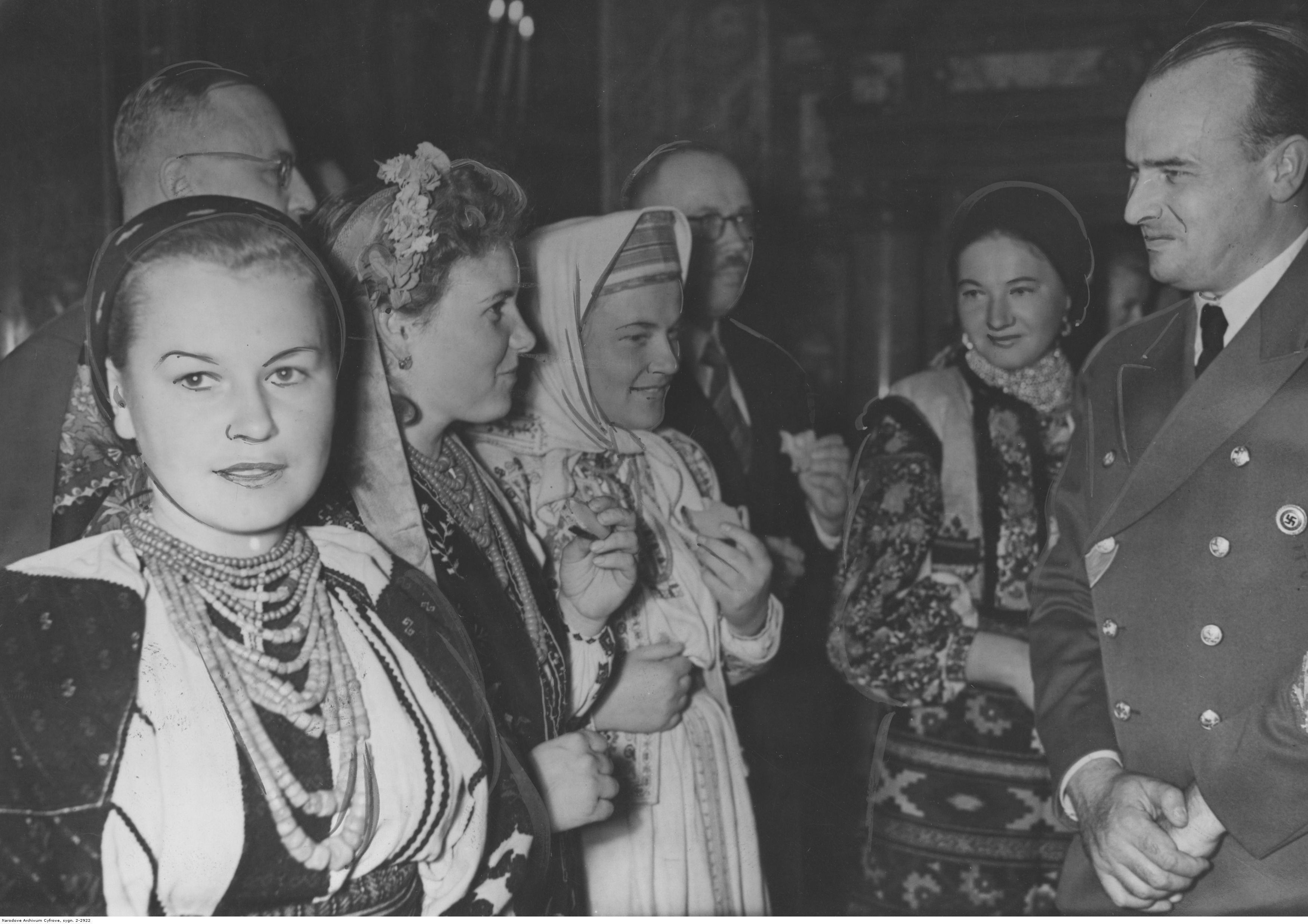 1943. Фестиваль урожая в Королевском замке в Кракове. Генерал-губернатор Ганс Франк (первый справа) во время разговора с украинскими участницами фестиваля урожая. 24.10