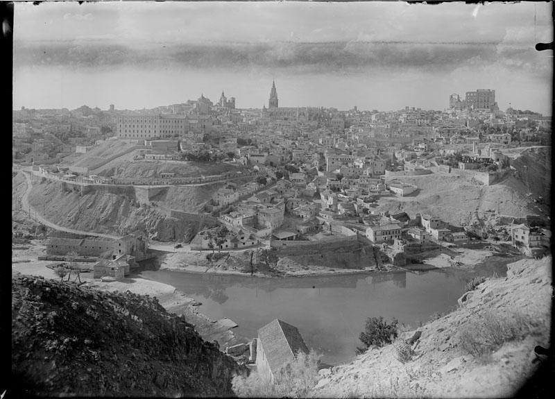 Vista general panorámica de Toledo hacia 1950. Fotografía de Juan Miguel Pando Barrero © Fototeca del IPCE signatura PAN-sn0002_P