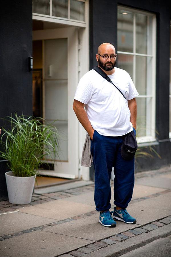 白無地Tシャツ×ネイビーパンツ×ディアドラ スニーカー青