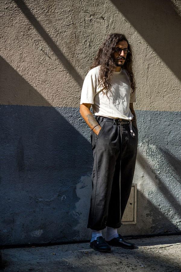 白無地Tシャツ×黒パンツ×黒サンダル
